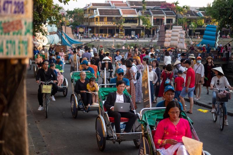 Xe xích lô chở khách trên một con đường ở Hội An, Quảng Nam ngày 24/4 - Ảnh: Getty Images