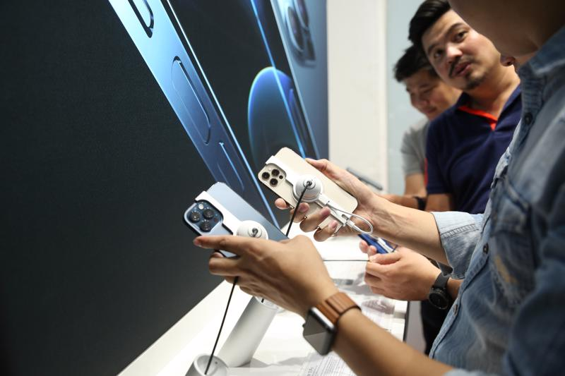 Người dùng trải nghiệm iPhone 12 tại một cửa hàng bán lẻ.