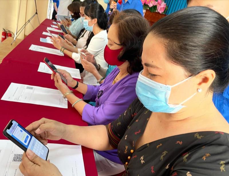Người dân phường 27, quận Bình Thạnh sử dụng mã QR để khai báo dữ liệu và lập hồ sơ sức khoẻ điện tử. Ảnh: Sở Y tế Tp.HCM