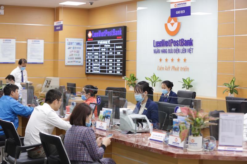 Khách hàng giao dịch tại LienVietPostBank.