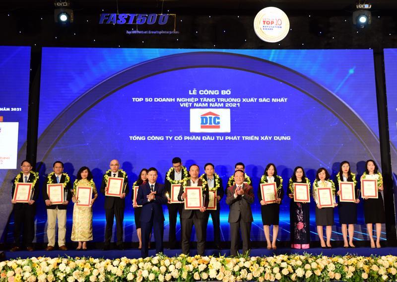 """Đại diện Tập đoàn DIC nhận giải thưởng """"Top 50 Doanh nghiệp tăng trưởng xuất sắc nhất Việt Nam năm 2021""""."""
