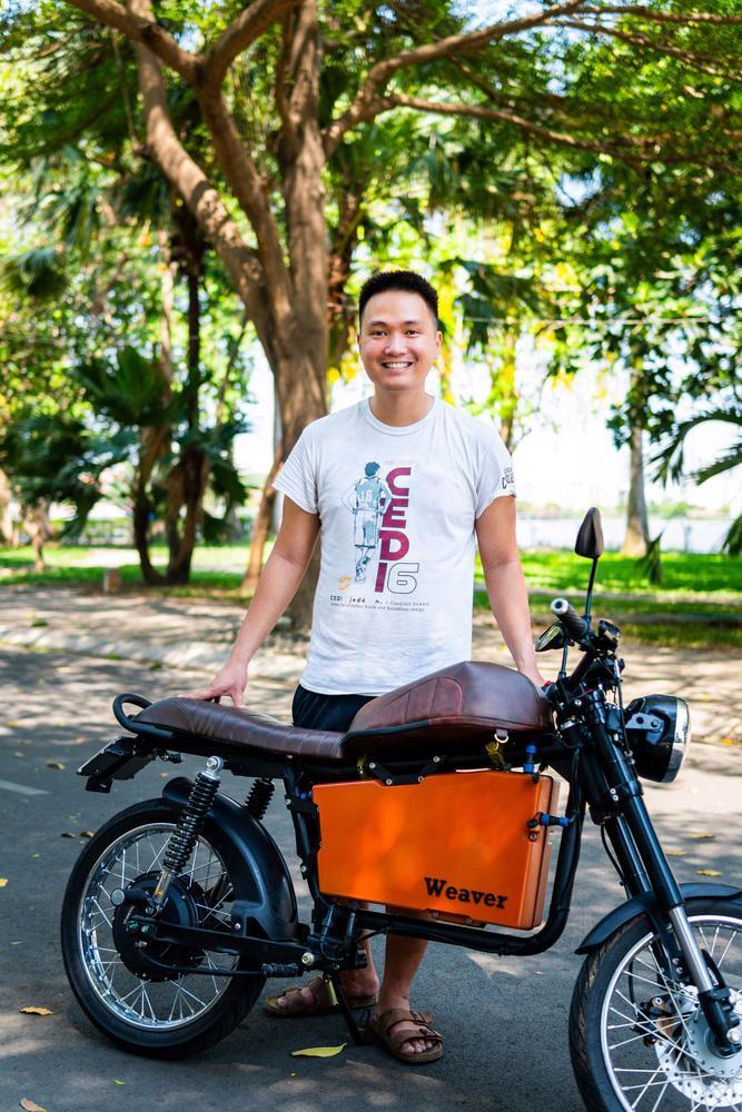 Nguyễn Bá Cảnh Sơn bên chiếc xe máy điện của mình