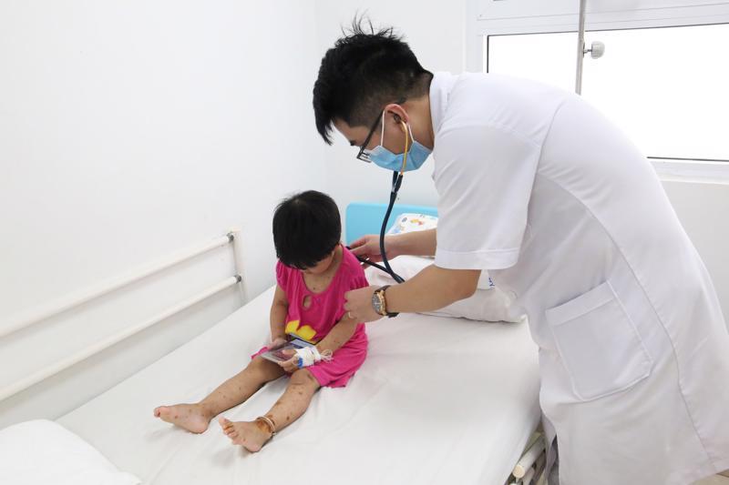 Bé Phan Như Q được chẩn đoán mắc thủy đậu bội nhiễm đồng thời có chỉ định theo dõi nhiễm trùng huyết
