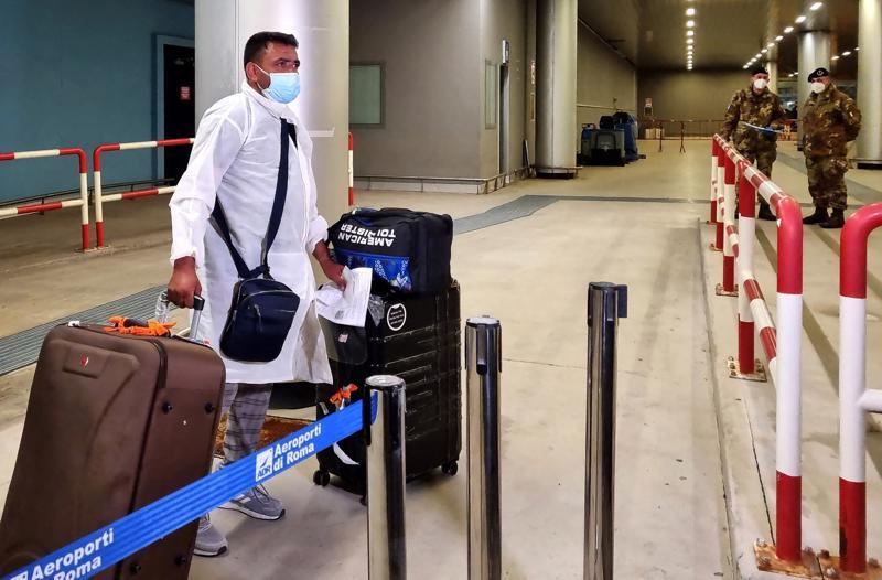 Một hành khách bay từ Ấn Độ hạ cánh xuống sân bay quốc tế Fiumicino, Italy - Ảnh: AFP/Getty Images