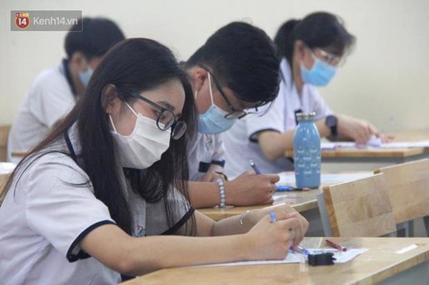 Trong phòng thi, thí sinh nghiêm túc thực hiện các biện pháp phòng dịch
