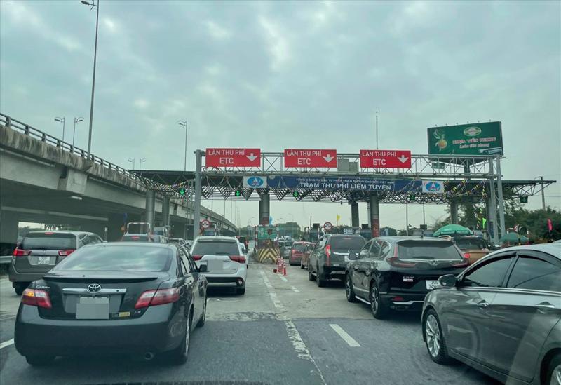 Tắc trường kéo dài trên nhiều tuyến đường cao tốc