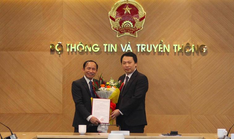 Thứ trưởng Bộ Thông tin và Truyền thông Nguyễn Huy Dũng trao quyết định điều động và bổ nhiệm giữ chức Phó vụ trưởng Vụ Quản lý doanh nghiệp cho ông Nguyễn Trọng Đường.