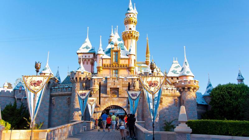 Disneyland đón một lượng khách hạn chế trong ngày mở cửa trở lại. Ảnh: CNTraveler