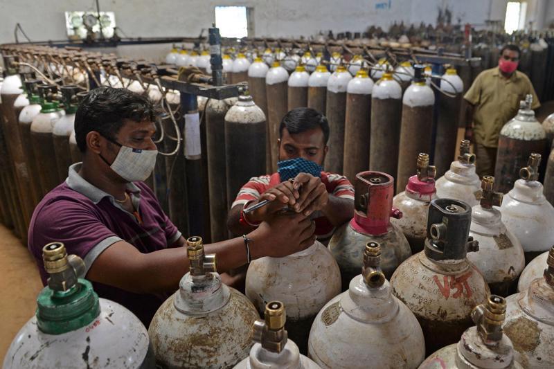 Ấn Độ rơi vào cảnh thiếu ôxy trầm trọng, khiến nhiều bệnh nhân Covid-19 nặng mất đi cơ hội được điều trị - Ảnh: AFP/Getty Images