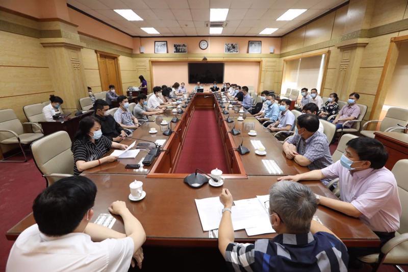 Các cán bộ, chuyên gia trong buổi gặp mặt tại Bộ Y tế trước ngày xuất phát.