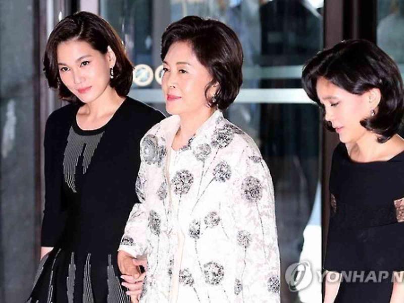 Bà Hong Ra-hee (giữa) cùng hai con gái.