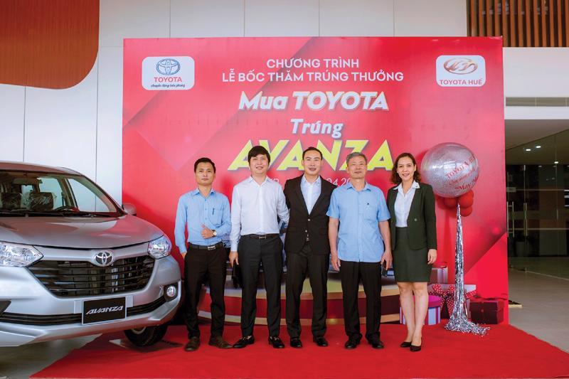 Ông Trần Hữu Ngọc - Chủ tịch Hội đồng Quản trị công ty Cổ phần Toyota Huế (bên phải - thứ 3) và ông Nguyễn Ngọc Tuấn - Tổng giám đốc Công ty Cổ phần đầu tư và phát triển Đà Thành (bên trái - thứ 2) tại sự kiện của Toyota, ngay sau lễ ký kết hợp tác giữa 2 bên.