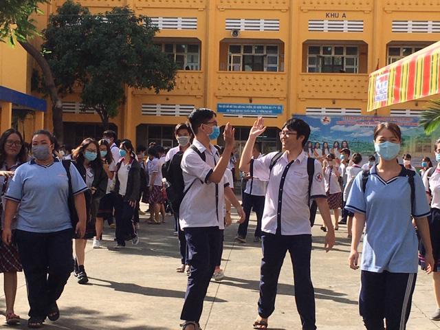 Học sinh phấn khởi khi hoàn thành xong kỳ thi