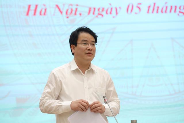 Thứ trưởng Bộ Kế hoạch và Đầu tư Trần Quốc Phương trả lời tại buổi họp báo