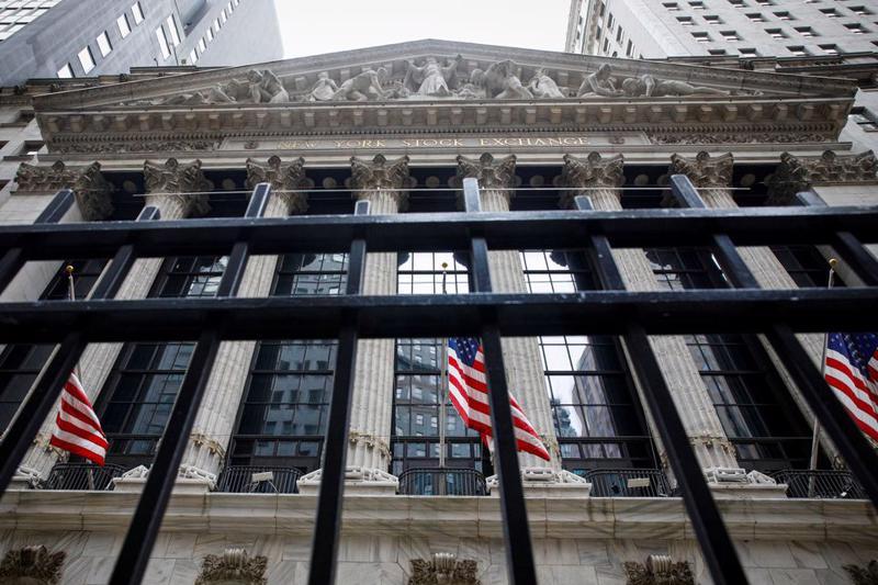 Mặt trước của Sở giao dịch chứng khoán New York (NYSE) - Ảnh: Reuters.