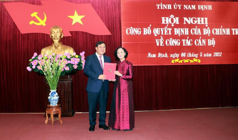 Đồng chí Trương Thị Mai, Ủy viên Bộ Chính trị, Bí thư Trung ương Đảng, Trưởng Ban Tổ chức Trung ương trao Quyết định của Bộ Chính trị cho đồng chí Bí thư Tỉnh ủy Phạm Gia Túc.