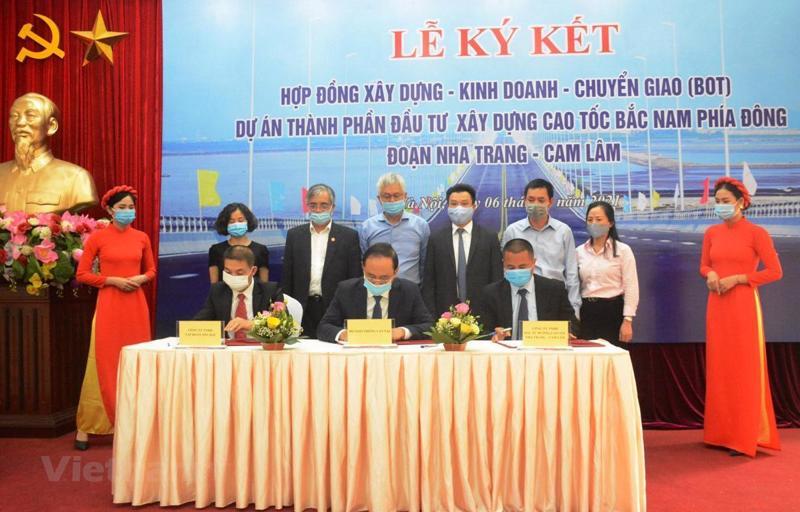 Thứ trưởng Bộ GTVT Lê Đình Thọ cùng đại diện nhà đầu tư, doanh nghiệp dự án thực hiện nghi thức ký kết hợp đồng dự án PPP cao tốc Nha Trang - Cam Lâm
