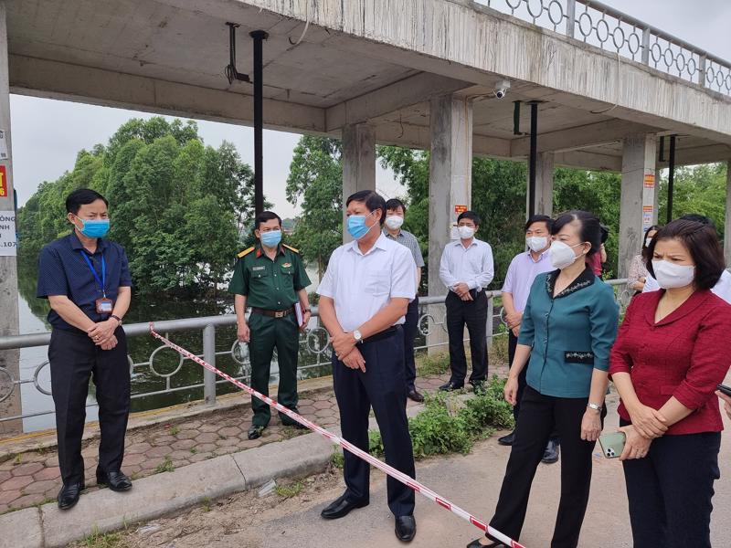 Đoàn công tác của Bộ Y tế kiểm tra điểm chốt phòng dịch ở phường Vân Dương (thành phố Bắc Ninh)