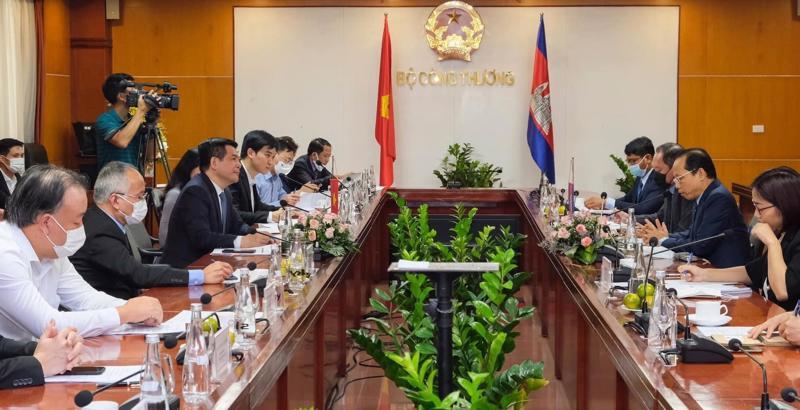 Buổi làm việc giữa Bộ trưởng Bộ Công Thương Nguyễn Hồng Diên và ông Chay Navuth, Đại sứ Đặc mệnh Toàn quyền Vương quốc Campuchia tại Việt Nam