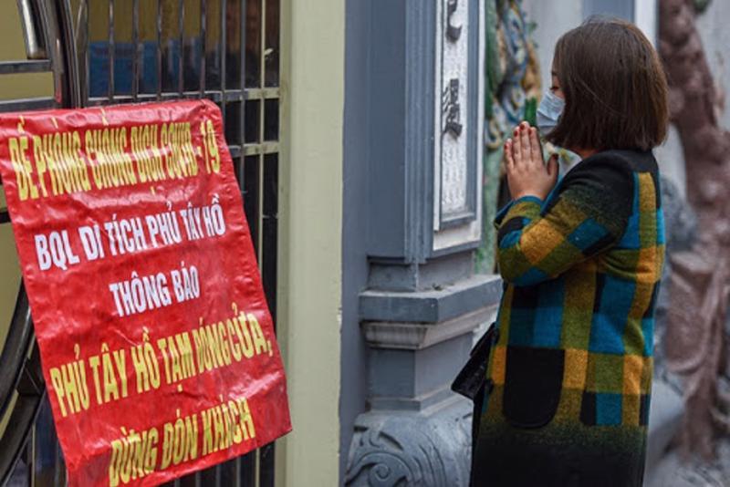 Các đền chùa ở Hà Nội đều treo biển thông báo ngừng đón khách.