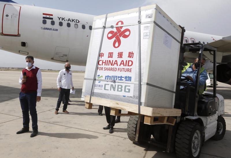 Một lô vaccine Covid-19 của Sinopharm do Trung Quốc tài trợ cập bến sân bay quốc tế ở Damascus, thủ đô Syria, hôm 21/4 - Ảnh: Getty/CNBC.
