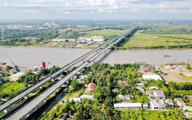 Các tuyến giao thông trọng điểm kết nối giữa Tp.HCM – Long An ngày càng hoàn thiện.
