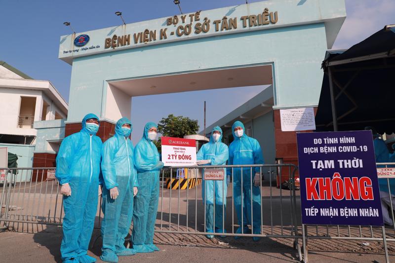 Hoạt động trao tặng được diễn ra tại khu vực cổng bệnh viện K cơ sở Tân Triều, đảm bảo giãn cách và an toàn phòng chống dịch theo quy định.
