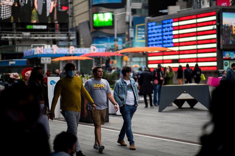 Người bộ hành trên Quảng trường Thời đại ở New York hom 7/5. - Ảnh: Reuters.