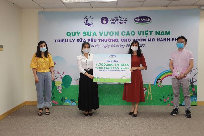 Đại diện Vinamilk trao bảng tượng trưng 1,7 triệu ly sữa của Quỹ sữa Vươn cao Việt Nam cho Đại diện Quỹ bảo trợ trẻ em Việt Nam.