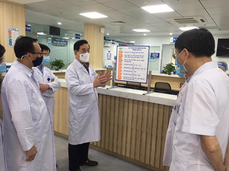 Ông Lương Ngọc Khuê, Cục trưởng Cục quản lý Khám, chữa bệnh, kiểm tra công tác phòng chống dịch tại Bệnh viện Nhi Trung ương.