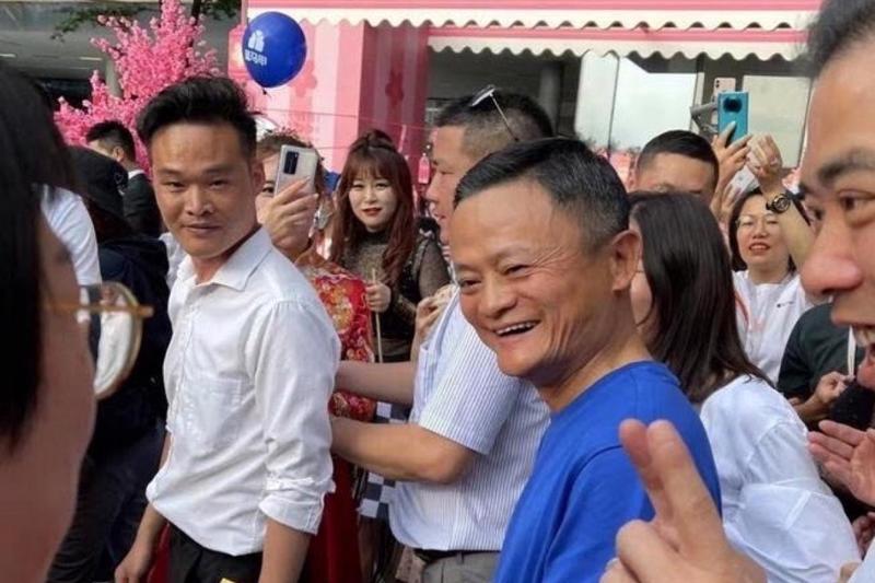 Bức ảnh không được đăng tải công khai của Jack Ma trong khuôn viên của Alibaba Group Holding ở Hàng Châu, Chiết Giang ngày 10/5 - Ảnh: NetEase
