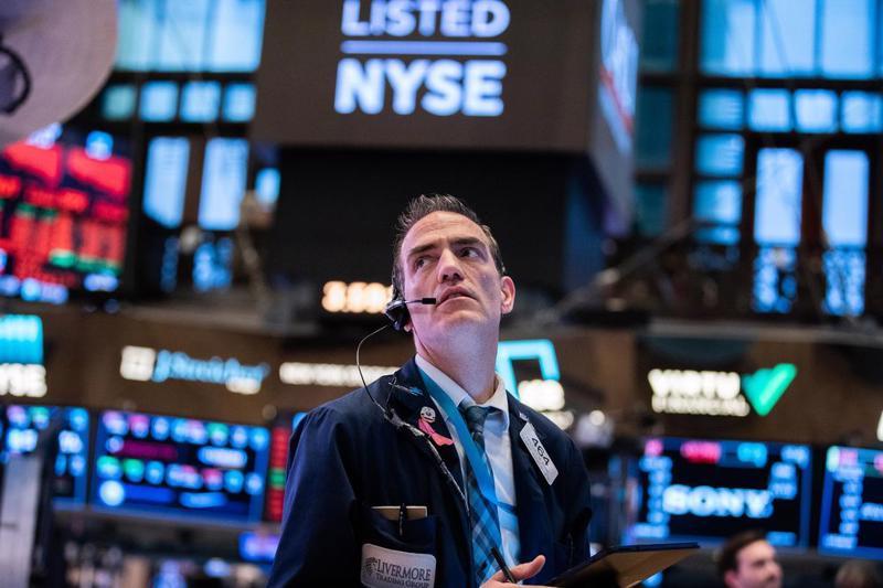 Một nhà giao dịch cổ phiếu trên sàn NYSE ở New York, Mỹ - Ảnh: Reuters.B