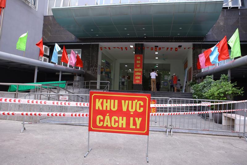 Toàn bộ khu vực chung cư 187 phố Nguyễn Lương Bằng đã được phun khử khuẩn và bị phong tỏa vào chiêu·