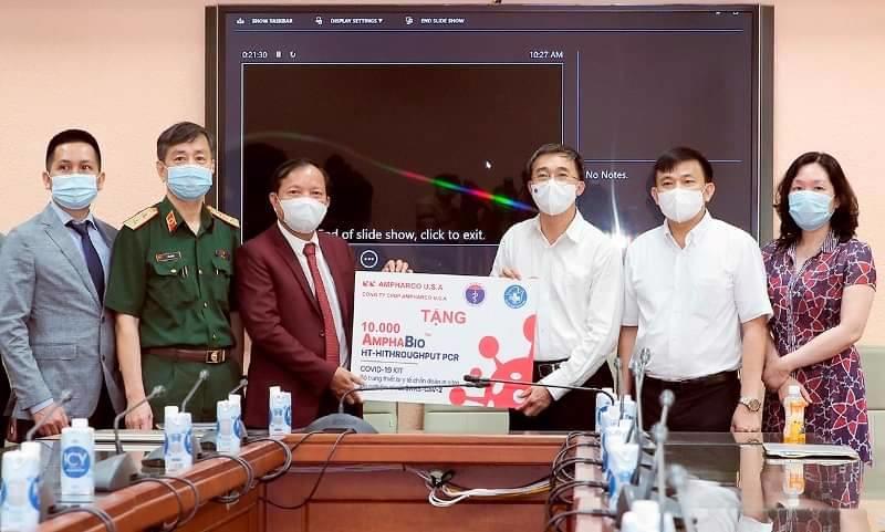 Thứ trưởng Bộ Y tế Trần Văn Thuấn tiếp nhận 10.000 kit xét nghiệm SARS-CoV-2
