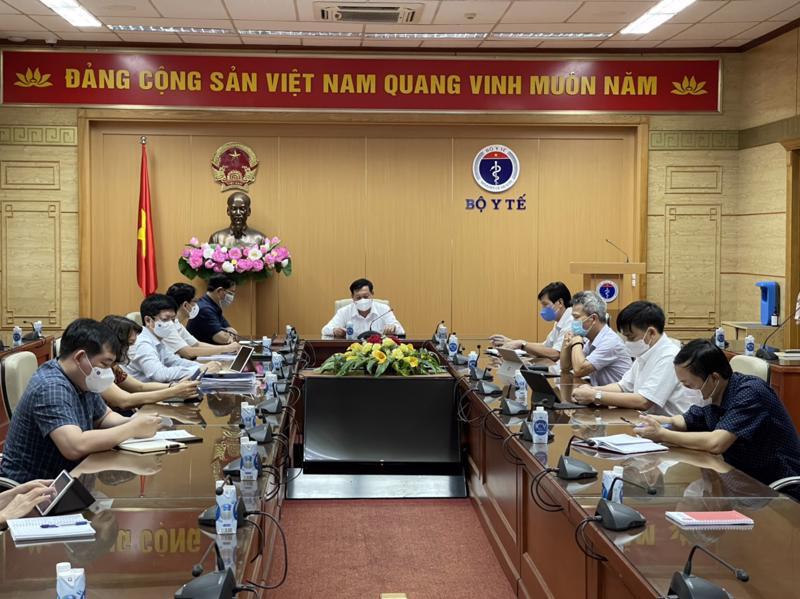 Thứ trưởng Bộ Y tế Đỗ Xuân Tuyên và các đại biểu tại tại cuộc họp trực tuyến ngày 12/5.