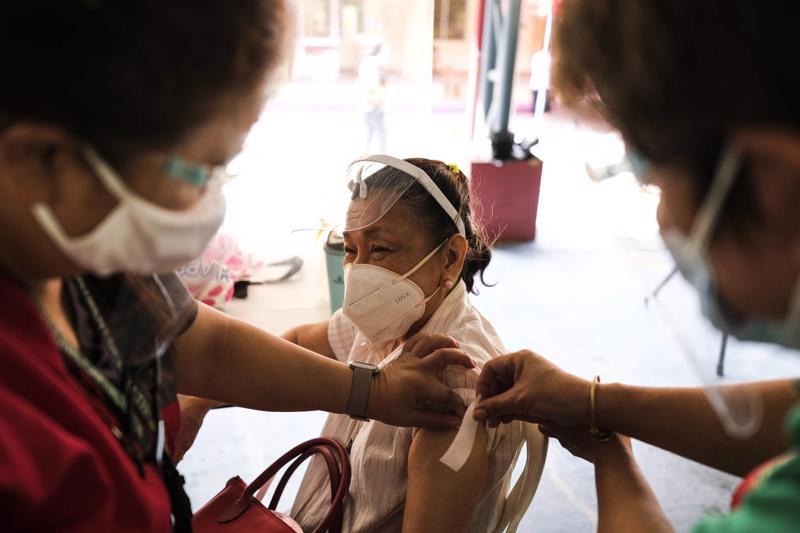 Một người được tiêm vaccine của Sinovac tại Philippines - Ảnh: JP Times.