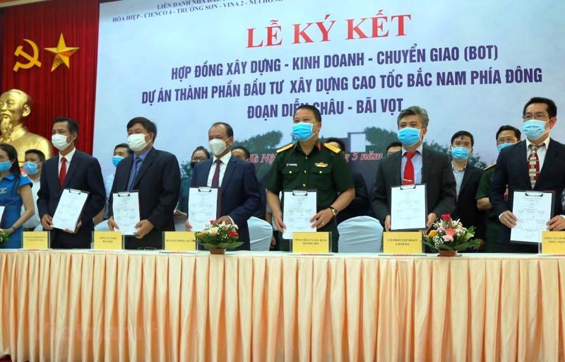 Lãnh đạo Bộ Giao thông vận tải cùng đại diện nhà đầu tư, doanh nghiệp dự án tại lễ ký ngày 13/5.