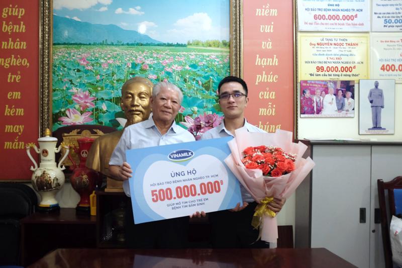 Đại diện Vinamilk ủng hộ 500 triệu đồng cho Hội Bệnh nhân nghèo Tp.HCM.