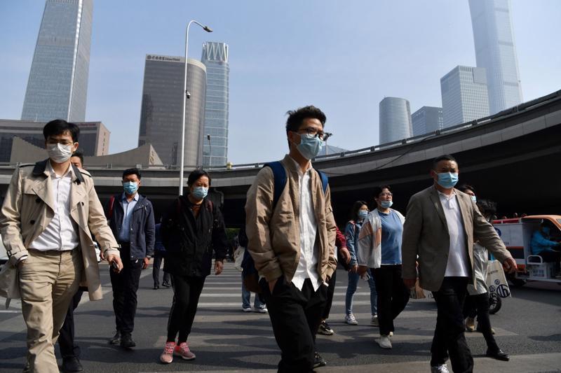 Người đi làm trong giờ cao điểm buổi sáng ở Bắc Kinh, Trung Quốc ngày 11/5. Trung Quốc hiện đã tiêm phòng cho khoảng 12% dân số - Ảnh: AFP/Getty Images.