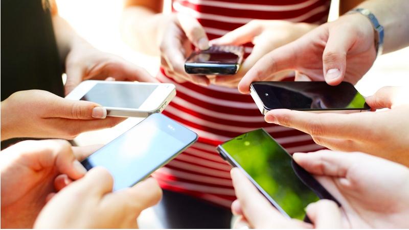 Chiếc smartphone kết nối mạng luôn bên cạnh các bạn trẻ.