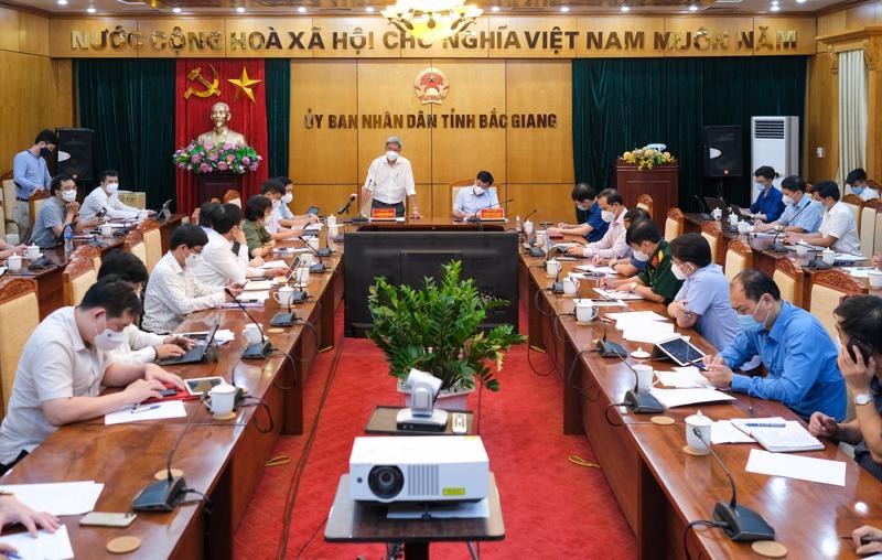 Đoàn công tác của Bộ Y tế làm việc tại Bắc Giang đêm 16/5.