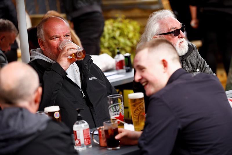 Khách hàng tại quán rượu The Swinging Witch tại Northwich, Cheshire, Anh, ngày 15/5 - Ảnh: Reuters