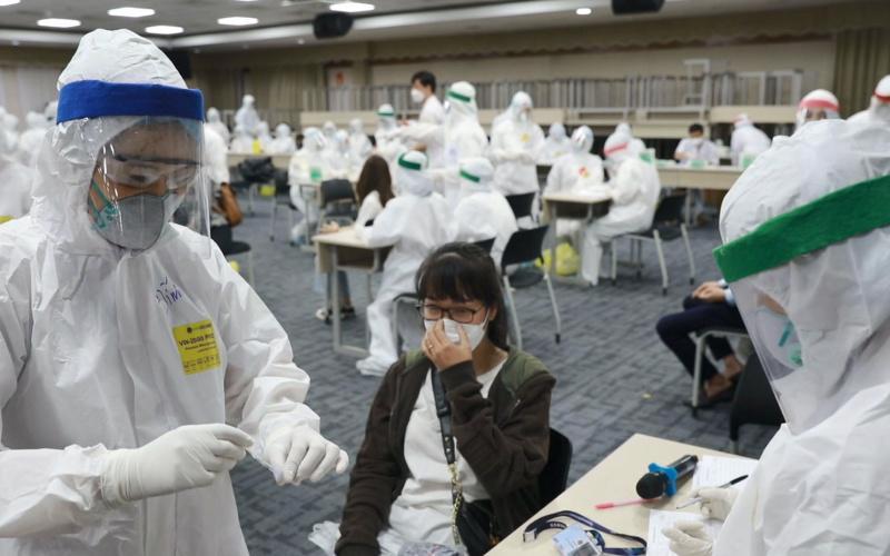 Lấy mẫu xét nghiệm cho công nhân Samsung tại Bắc Ninh