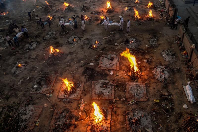 Các thi thể được đưa đến một điểm hỏa táng ở New Delhi ngày 23/4 giữ đợt bùng dịch Covid-19 thứ hai tại Ấn Độ - Ảnh: The New York Times