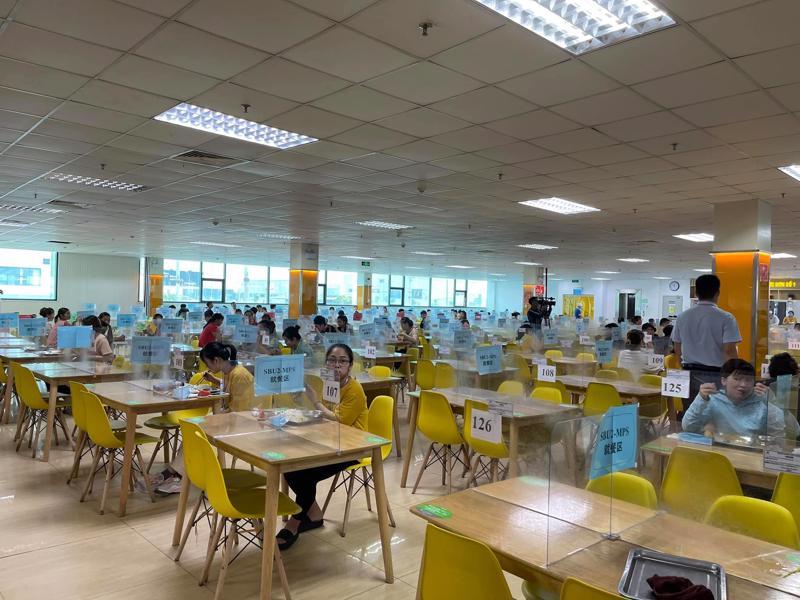 Thực hiện giãn cách và các biện pháp phòng, chống dich tại nhà máy Gortex thuộc Khu công nghiệp Quế Võ, tỉnh Bắc Ninh trưa ngày 18/5.