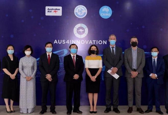 Bộ trưởng Huỳnh Thành Đạt, Thứ trưởng Bùi Thế Duy và Đại sứ Robyn Mudie cùng một số đại biểu hai bên