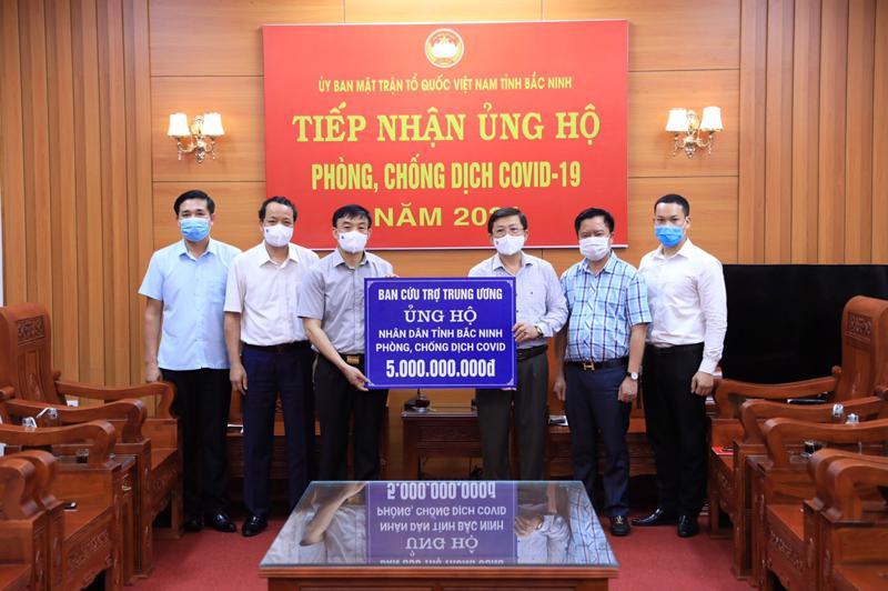 Ủy ban Trung ương Mặt trận Tổ quốc Việt Nam trao hỗ trợ 3 tỉnh Bắc Ninh, Bắc Giang, Vĩnh Phúc, mỗi tỉnh 5 tỷ đồng - Ảnh: VGP.