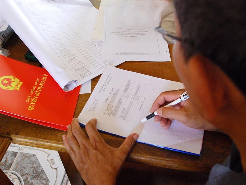 Việc cấp sổ hồng cho người dân sẽ được rút ngắn nhờ ủy quyền cho 22 chi nhánh quận huyện ký.