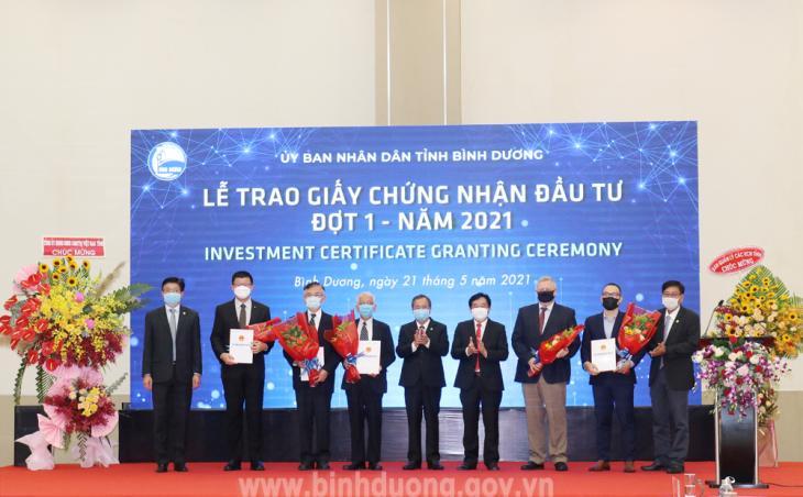 Tỉnh Bình Dương trao giấy chứng nhận đầu tư cho 5 doanh nghiệp.