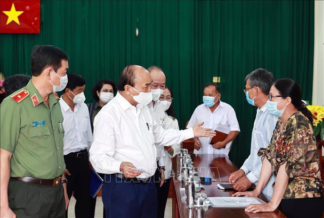 Chủ tịch nước Nguyễn Xuân Phúc đối thoại với đại diện một số hộ dân xã Phú Mỹ Hưng và An Nhơn Tây, huyện Củ Chi - Ảnh: TTXVN.